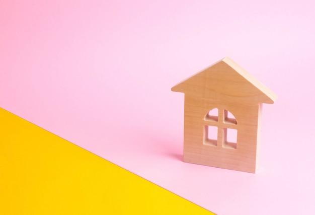 Uma casa de madeira em um fundo rosa no estilo pop