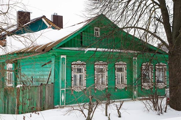 Uma casa de madeira russa coberta de neve
