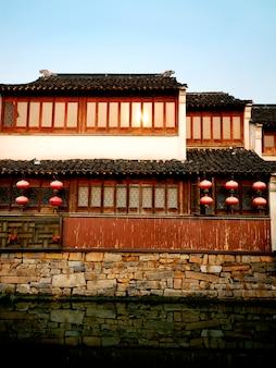 Uma casa do canal do chinês tradicional que toma sol no final do sol da tarde, suzhou, china.