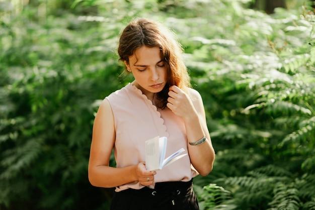 Uma cena de um estudante universitário lendo um livro