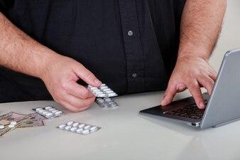 Uma cena metafórica mostrando uma droga de ordenação através da internet.