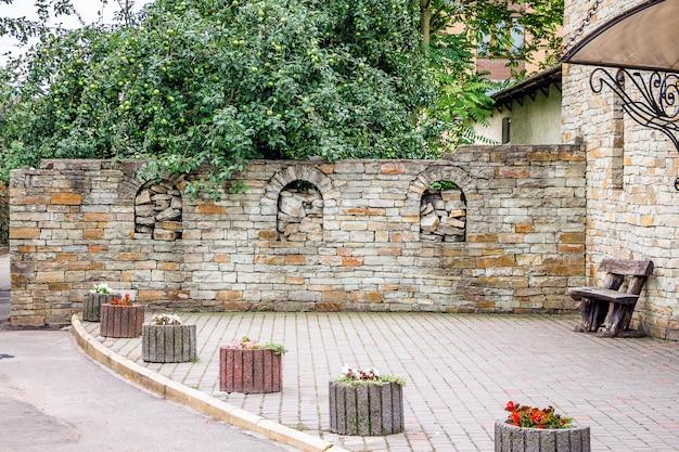 Uma cerca de pedra à moda antiga, perto de um edifício em uma cidade moderna