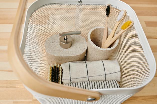 Uma cesta com uma variedade de itens de cuidados corporais em uma mesa ou prateleira de madeira