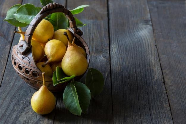 Uma cesta de barro com peras