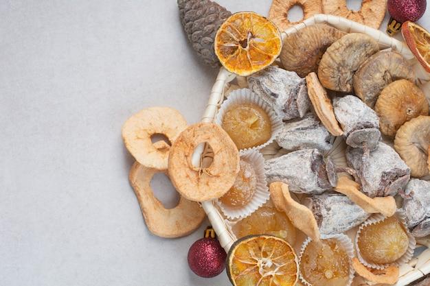 Uma cesta de frutas secas saudáveis misturadas com pinhas. foto de alta qualidade