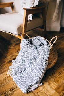 Uma cesta de palha é um objeto decorativo no interior da casa