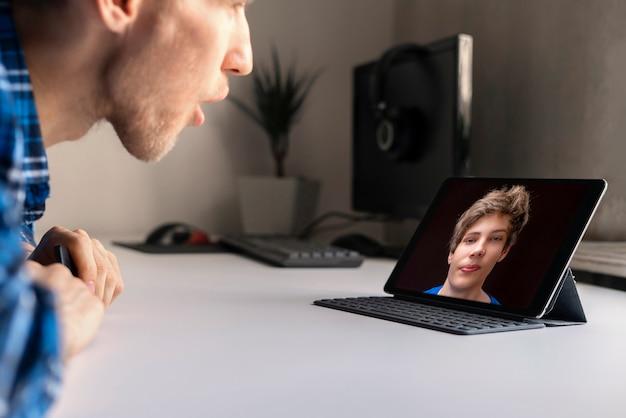 Uma chamada para o amigo e conversando por meio do chat de vídeo no computador portátil.