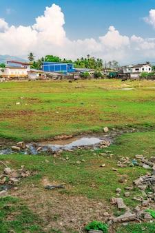Uma cidade cheia de degradação e poluição causada por pessoas