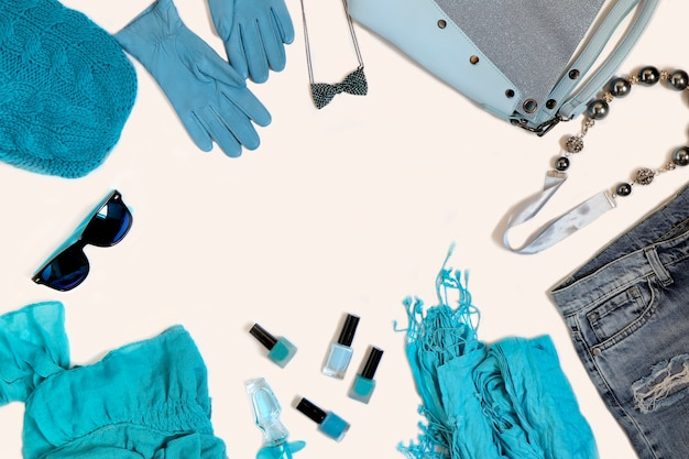 Uma coleção de acessórios e roupas femininas
