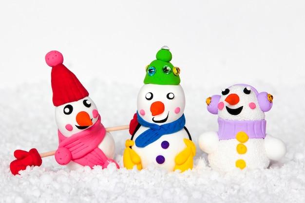 Uma coleção de bonecos de neve em um fundo branco