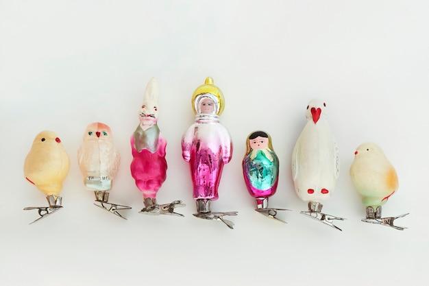 Uma coleção de brinquedos vintage de vidro soviéticos de natal do final dos anos 60