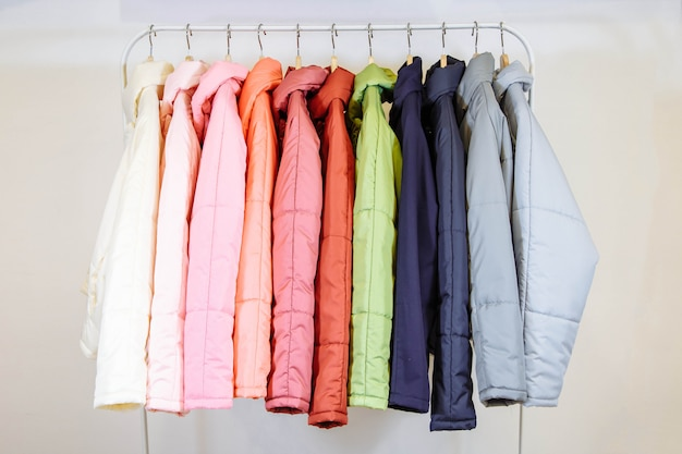 Uma coleção de casacos de outono elegantes em cabides na loja.