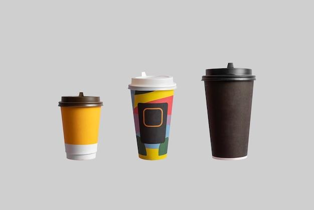 Uma coleção variada de um conjunto de copos de papel de café de diferentes tamanhos isolados