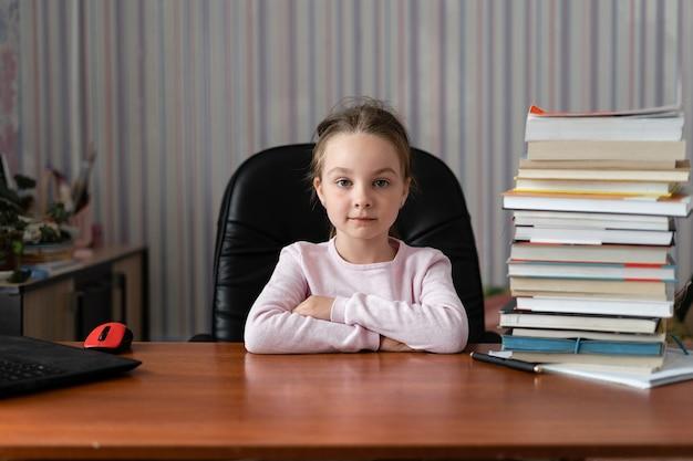 Uma colegial bem estilosa estuda matemática doméstica durante sua aula online