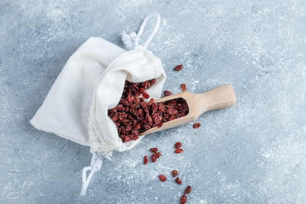 Uma colher de pau cheia de cranberries secas.