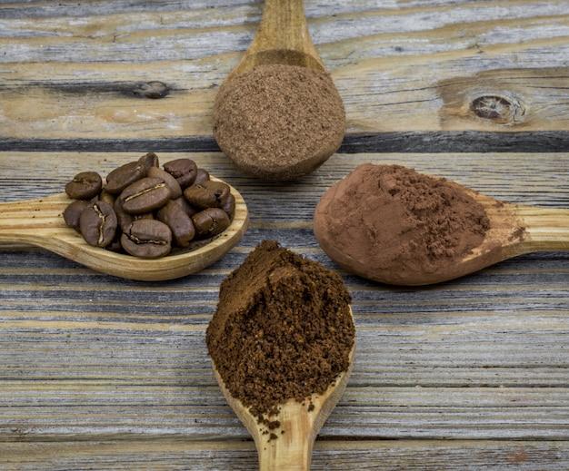 Uma colher de pau pequena bonita com café em madeira ângulo diferente, close-up