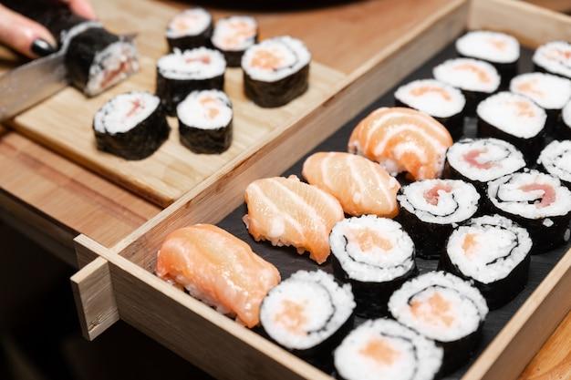 Uma comida típica japonesa preparada com uma base de arroz e vários peixes crus.