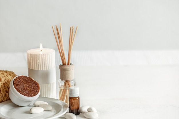 Uma composição aconchegante com bastões de incenso para cheirar dentro de casa