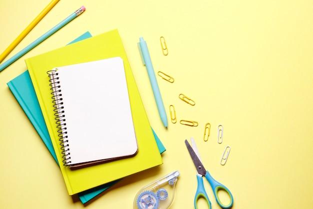 Uma composição de artigos de papelaria com um caderno, caneta com lugar para texto. dia do professor. de volta à escola.