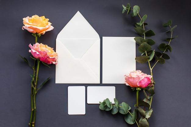 Uma composição de casamento. convite de casamento, envelope.