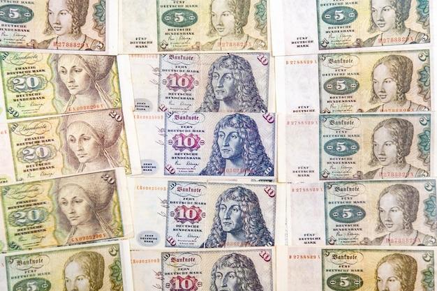 Uma cópia da antiga moeda europeia dos marcos alemães