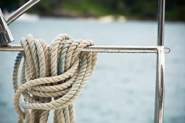 Uma corda de amarração com uma extremidade com nós amarrada em torno de um cabo de segurança