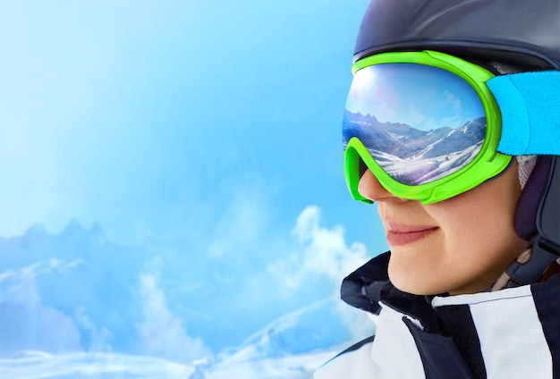 Uma cordilheira refletida na máscara de esqui. profundidade de campo rasa.