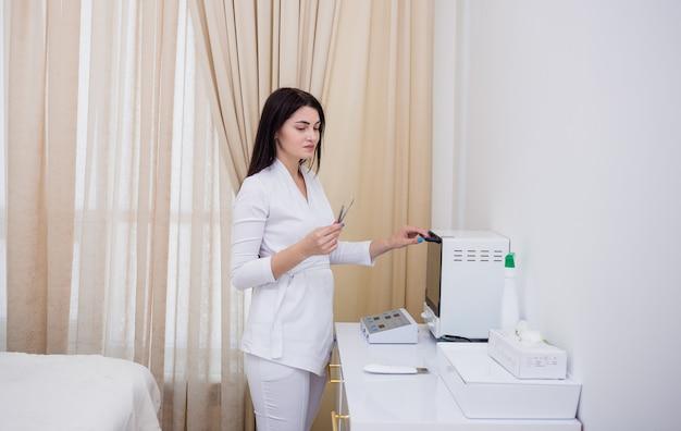 Uma cosmetologista morena esteriliza ferramentas