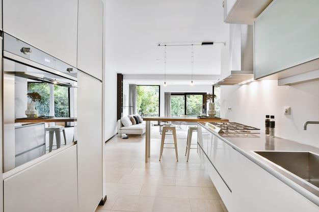 Uma cozinha luminosa e luxuosa em uma casa elegante
