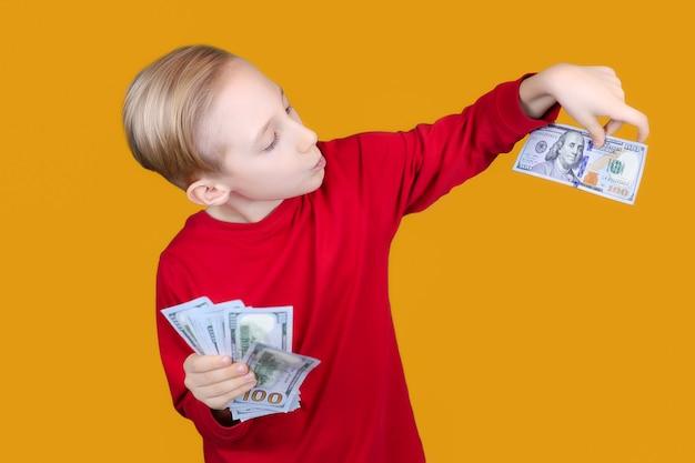 Uma criança alegre com dinheiro nas mãos