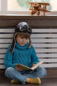 Uma criança brincando com um avião de madeira vintage interior.