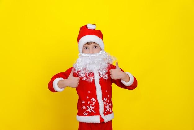 Uma criança com barba artificial faz um gesto de polegar para cima com as duas mãos super da classe