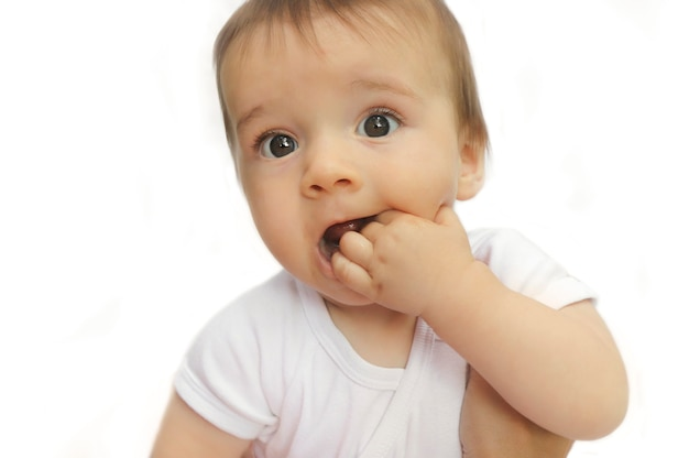 Uma criança com olhos grandes e bonitos.