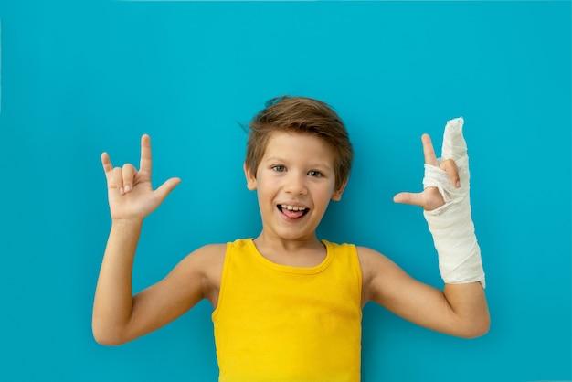 Uma criança com um gesso na mão. copie o espaço.