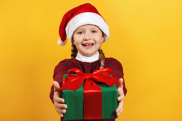 Uma criança com um presente de natal.