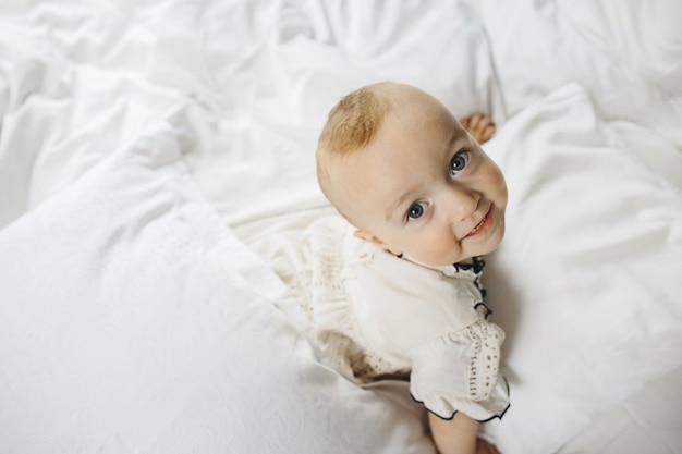 Uma criança de bom grado olha para a câmera