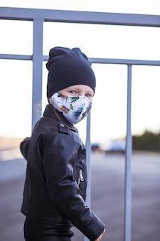 Uma criança em uma máscara