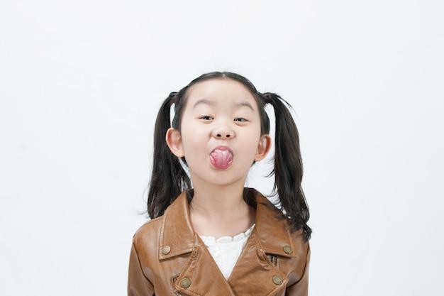 Uma criança está brincando com a vista frontal em um fundo branco.