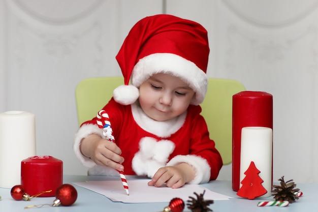 Uma criança está escrevendo uma carta para o papai noel