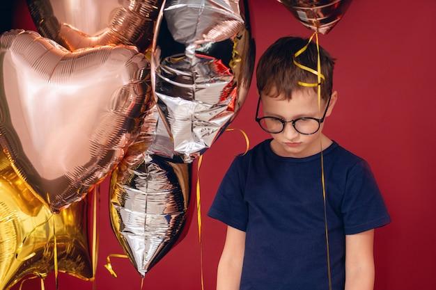 Uma criança machucada é aquela com balões que perturbam o feriado interrompido