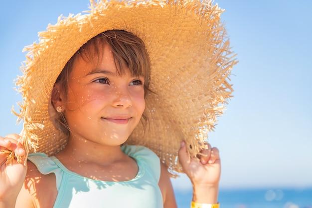 Uma criança no mar é uma menina. foco seletivo. criança.
