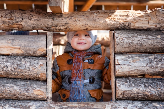 Uma criança no parque jogou na casa de madeira