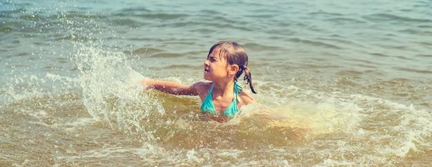 Uma criança se afoga na água no mar