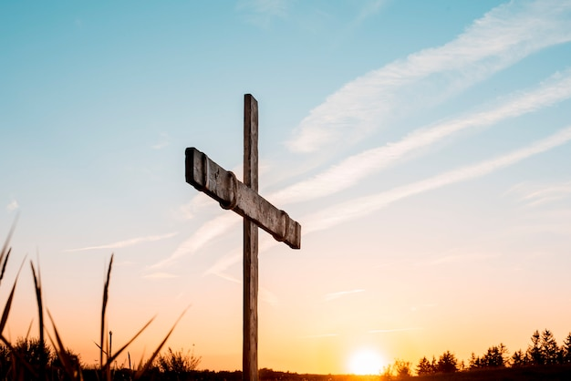 Uma cruz de madeira feita à mão sobre o céu