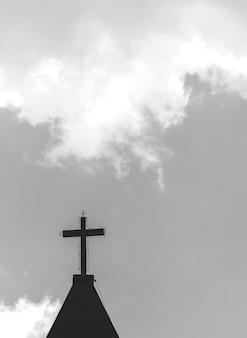 Uma cruz no topo de uma torre da igreja