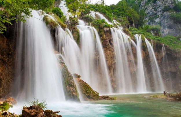 Uma das mais belas cachoeiras do parque nacional dos lagos plitvice na croácia