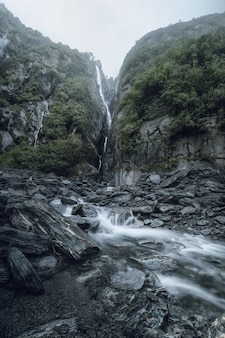 Uma das muitas cachoeiras que circundam a trilha em direção ao glaciar franz