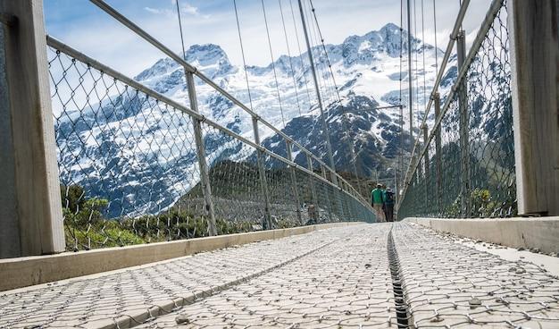 Uma das pontes giratórias na trilha do vale das prostitutas, localizada no parque nacional de aoraki mt cook, na nova zelândia