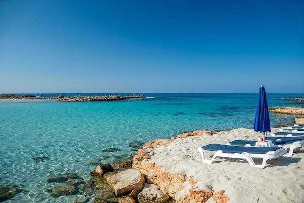 Uma das praias mais poplar na ilha de chipre é a praia de nissi.