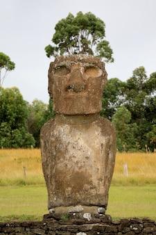 Uma das sete estátua de moai gigantesca histórica em ahu akivi na ilha de páscoa do chile, américa do sul